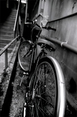 Alley (ari@098) Tags: street bw monochrome bicycle 50mm alley olympus f18 zuiko  50mmf18   selfdevelopment om2n 100tmx  400tmx