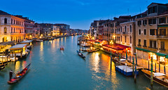 View of the Grand Canal from the Ponte di Rialto II (Beum Gallery) Tags: bridge venice italy night boat nightshot ponte explore pont gondola nightview bateau venise venezia nuit italie grandcanal rialto gondole veneto canalgrande pontedirialto flickrexplore venesia explored  vuenocturne canaasso