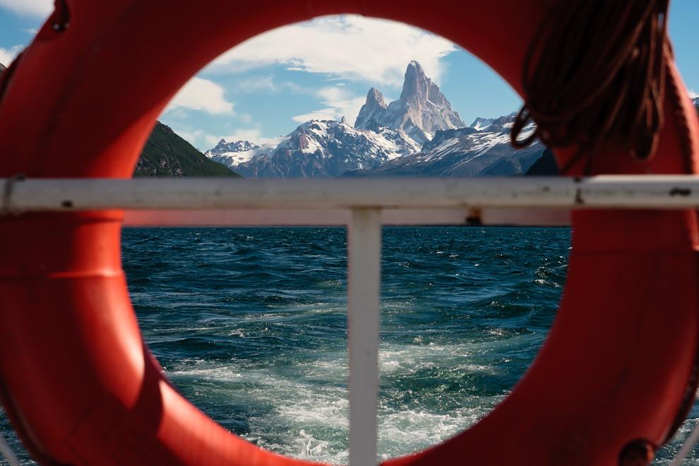 Nuestra travesía marítima nos regala una hermosa vista. El lago del desierto, rodeado de montañas con picos nevados es un lugar lleno de magia. (Guillermo Morales -  Patagonia, Argentina)