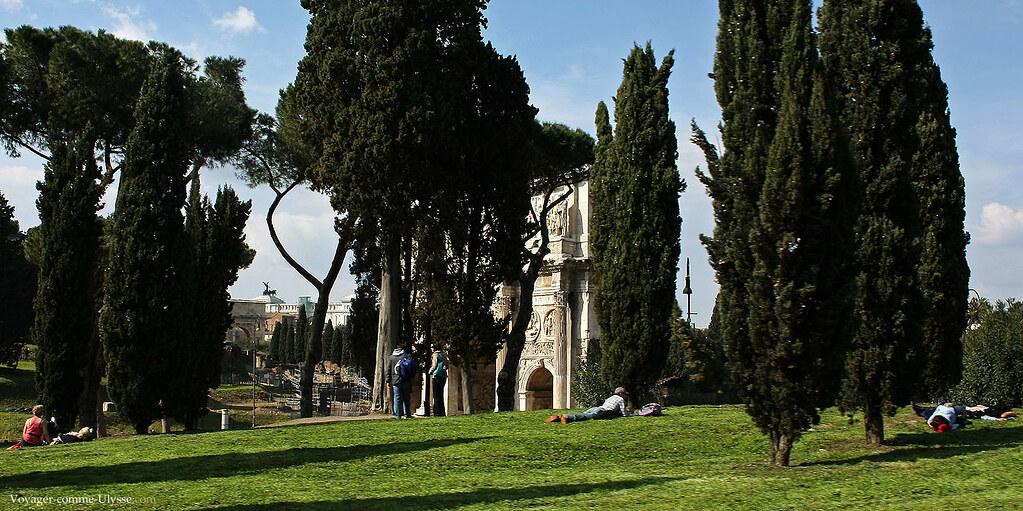 Sur les pelouses proches de l'Arc de Constantin