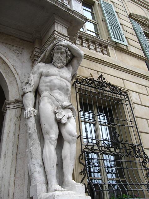 街角の像のフリー写真素材