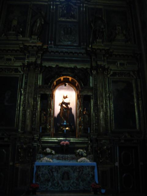 大聖堂の像のフリー写真素材
