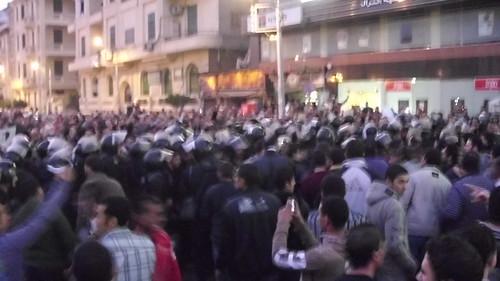 الامن يمنع المتظاهرين من التوحد امام مبنى محافظة المنصوره