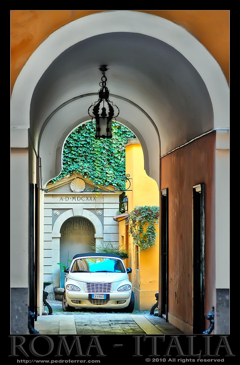 Roma - Patio romano de barrio elegante