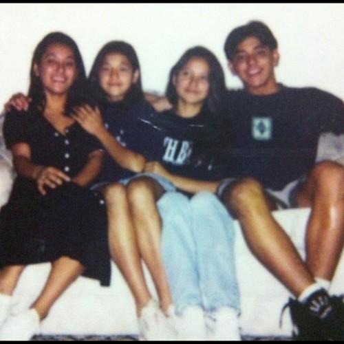 Os quatro irmãos, no mesmo sofá, anos depois #aos20 #aniversario