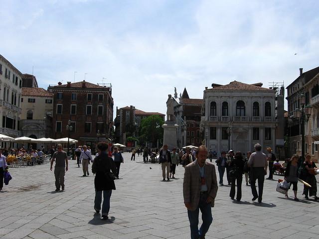 広場と石の彫像のフリー写真素材