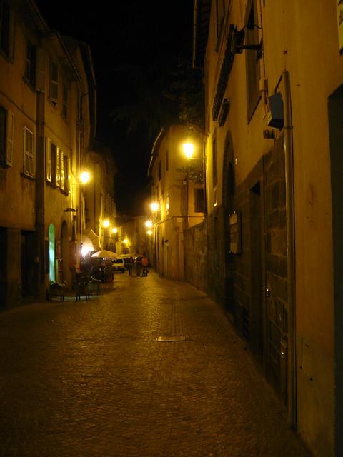 夜のオルヴィエートのフリー写真素材