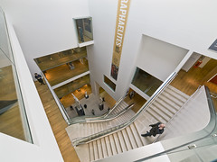 Ashmolean Museum, Oxford (Bruce Clarke) Tags: museum architecture stairs artgallery wideangle olympus staircase oxford e3 atrium oxforduniversity modernarchitecture universityofoxford ashmolean ashmoleanmuseum 714mm rickmather museumstairs oxfordrickmather