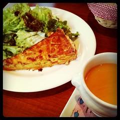 今日はキッシュのランチにしてみた。パンとスープとサラダがついて800円なり