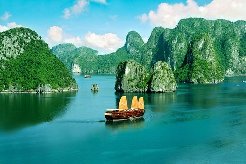 How to find safe travel in Halong Bay Vietnam