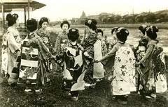Maiko Girls at Play 1920s (Blue Ruin 1) Tags: 1920s grass japan river outside outdoors japanese kyoto knot cranes tabi maiko geiko musubi 1910s geta momotaro kamon kanzashi okobo apprenticegeisha taishoperiod playingagame darariobi dararinoobi danglingsashes fumiryo fumiryu