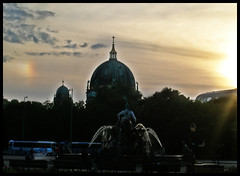 Sunset - Alexanderplatz -Berlin- (Million Seven) Tags: sunset people berlin fountain germany deutschland cosmopolitan blu dom radisson alexanderplatz alemania neptune mitte berlinerdom radissonblu