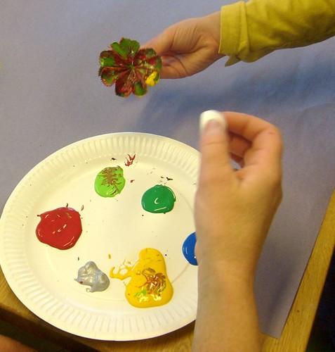 Barn skapar med färg på Millesgården.