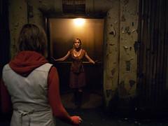 110309(2) - 3D立體真人版電影《沉默之丘 Silent Hill Revelation》開拍中,第2張劇照出爐!
