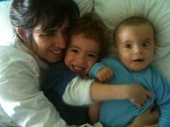 Familia en la cama 1