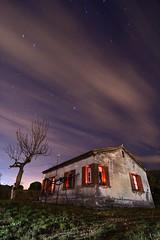 Casa superangulada (Toni Iglesias ) Tags: barcelona arbol luces noche estrellas catalunya casas nocturnas esparraguera linternas 1116 400d