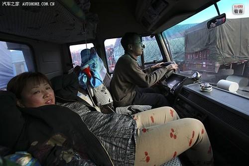 """3月28日早晨,大货车又顺利经过一个收费站,没有警察罚款。郭伟明的妻子放松半躺着,""""这次闯关又成功了。"""""""