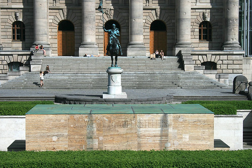 Statue an der Staatskanzelei