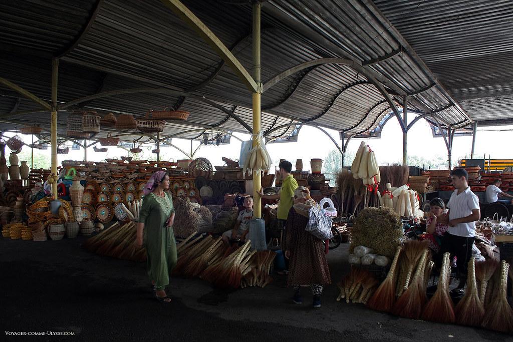 Vente d'articles de vannerie sur le grand marché de Tachkent