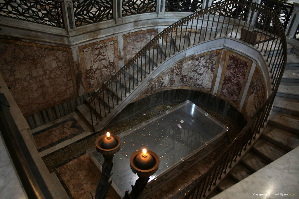 Beaucoup de pièces sont jetées face au tombeau de Martin V
