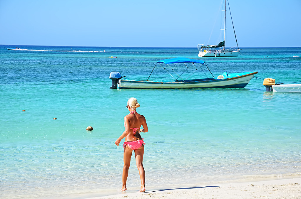 roatan girls Just two hours from texas by air, roatan is easily accessible and is steadily  gaining  people who can't say a word of english are now living and working on  roatan  i know a girl in bombay who burnt her face like crazy.