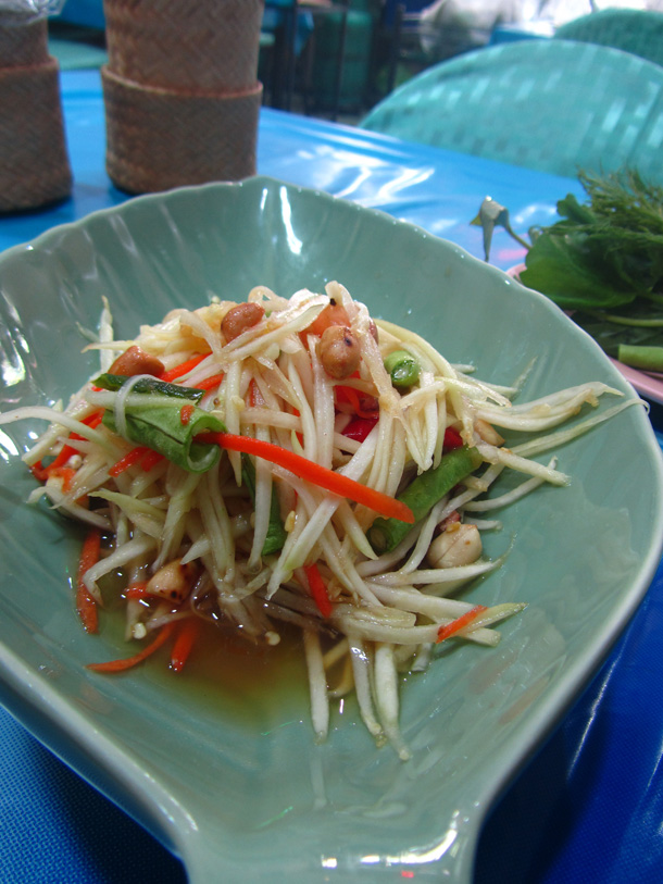 Green papaya salad (som tam thai ส้มตำไทย)