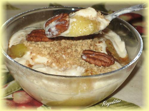 Manzana asada con yogur, galletas de avena y nueces