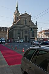 der rote Teppich vor dem Hotel Schweizerhof ist ausgerollt.