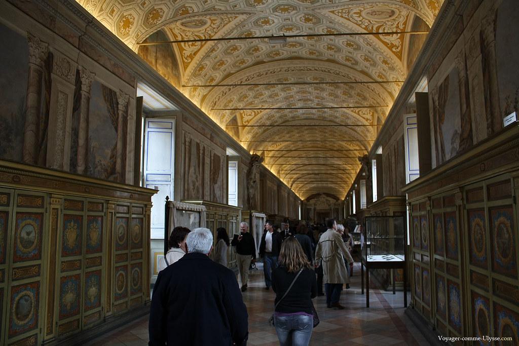 Une des nombreuses galeries des musées du Vatican