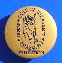 Gold of the Pharaohs Exhibition - souvenir/promotional button badge (1988) (RETRO STU) Tags: 1988 buttonbadge 21stdynasty 22nddynasty pierremontet tinbuttonbadge golfofthepharaohsexhibition cityofedinburghartscentre ancientegyptiantreasures funerarymaskofpsuennesi royaltombsoftanis