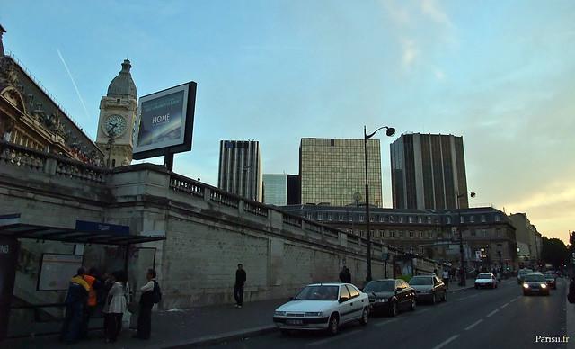 En contrebas de la gare, sur le boulevard Diderot, de nombreuses lignes de bus ont leur arrêt ici.