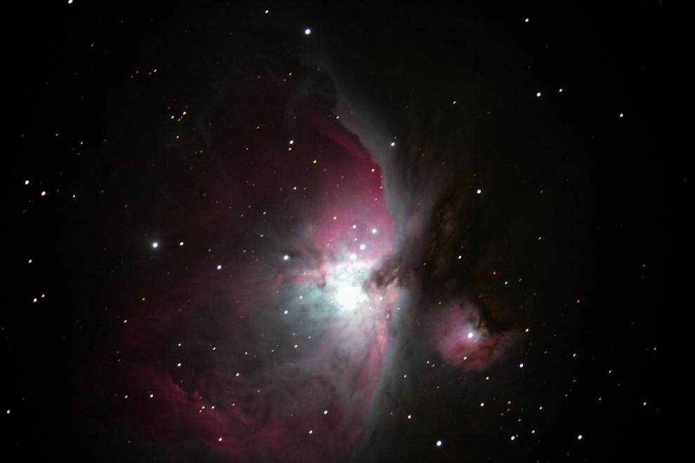 La nebulosa de Orión, M42, o NGC 1976, es una nebulosa difusa situada al sur del Cinturón de Orión. Es una de las nebulosas más brillantes que existen, y puede ser observada a simple vista sobre el cielo nocturno, alejado de la luz de las ciudades. Está situada a 1.270 años luz de la Tierra, y posee un diámetro aproximado de 24 años luz. (Tetsu Espósito - Zanjita, Paraguay)