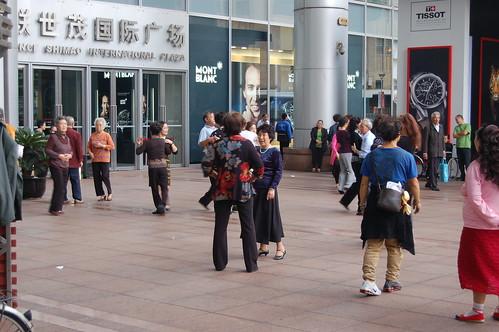 Vor Ladenöffnung tanzen die chinesischen Verkäuferinnen Rumba (oder Tango)