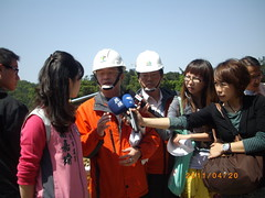 高嘉瑜議員開記者會,質疑沉砂池施工前地質鑑定不實,導致地層下陷。 水利處副總工程司謝樹隆則表示,地層下陷已趨穩定,都在控制之下,安全無虞。