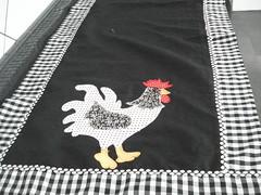 CAMINHO DE MESA (artes da hosana) Tags: galinha tecido patwork jogodecosinha