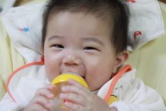 笑いながらミルク飲む