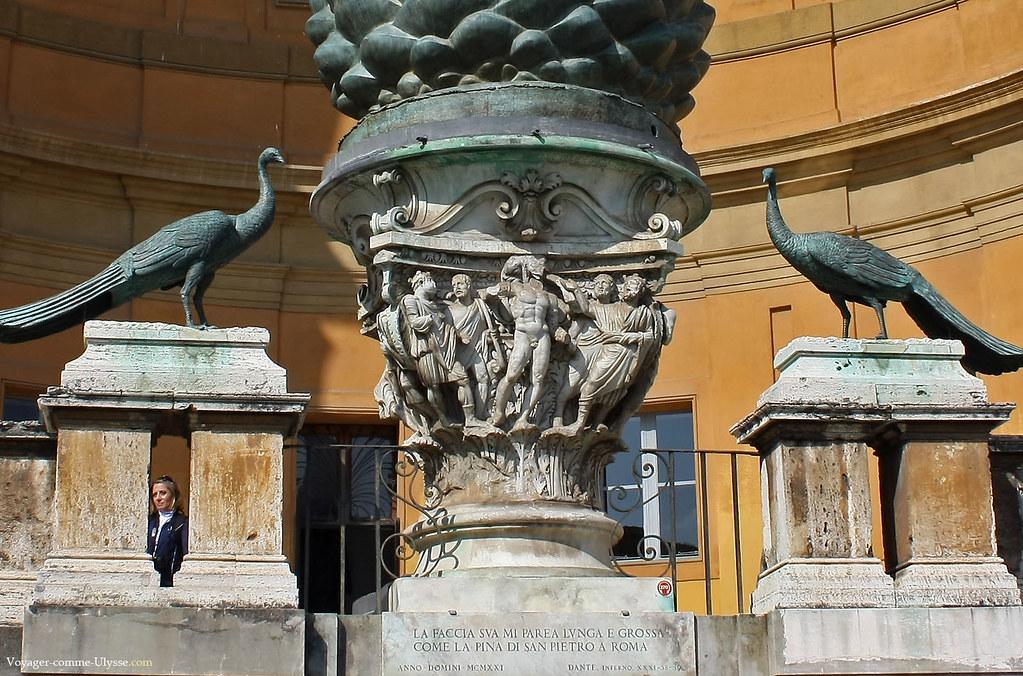 Détail de la pomme de pin en bronze de la Cour de la Pigne