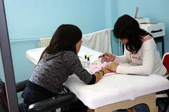 Dos alumnas del módulo de peluquería del PCPI realizan las prácticas correspondientes.