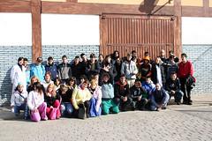En la fotografía se puede ver a un grupo de alumnos/as posando con sus profesores/as.