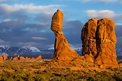 Balanced Rock sunset (Rozanne Hakala) Tags: park sunset usa snow mountains southwest tourism landscape rockies outdoors utah ut sandstone rocks arch desert scenic arches tourists erosion snowcapped redrocks moab rockymountains geology navajo archesnationalpark archesnp turret caprock rockformations pedestal balancedrock coloradoplateau turretarch entradasandstone mantilasal lasalrange windowsdistrict