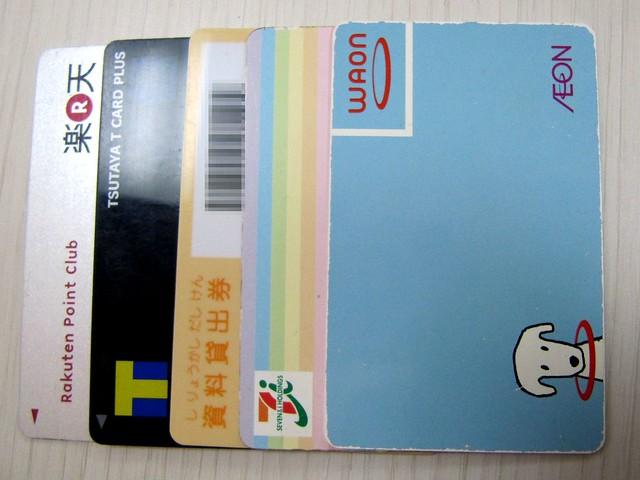 薄い財布に入れた5枚のカード