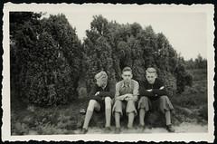 Archiv H513 Ausflug mit dem Radl nach Munster und Soltau, 1940er (Hans-Michael Tappen) Tags: archivhansmichaeltappen jungen boys mode fashion kleidung outfit knickerbocker outdoor fotorahmen 1940er 1940s