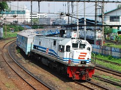 KA Bogowonto menikung di Jatinegara (chris railway) Tags: new railroad station train railway jr locomotive parcel stasiun curve nr ka baru curving krl bengawan lokomotif pasarsenen keretaapi jatinegara bogowonto taksaka penolong cc201 kutoarjo tikungan serayu argojati cc20162 cireks cc20145 kutojaya ekonomiac djokolelono senjautama menikung tm7000