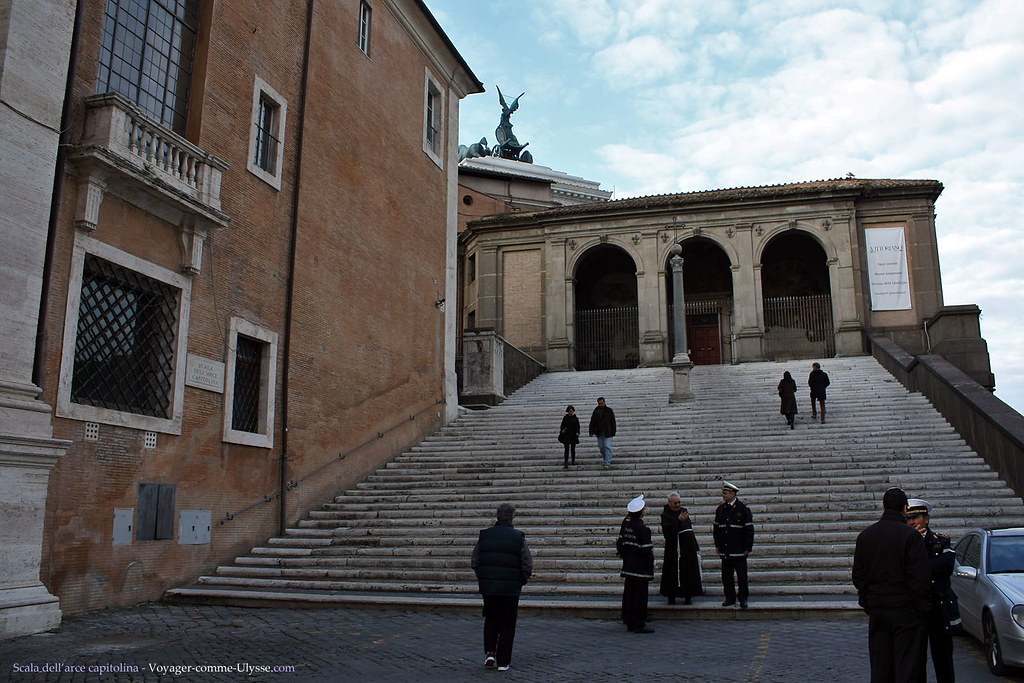 Scala Dell'Arce Capitolina, sur le coté droit du Palais Neuf.
