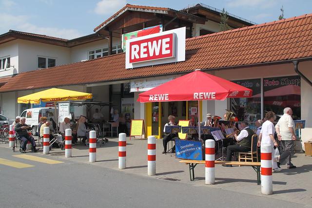 Blasmusikanten vorm Supermarkt