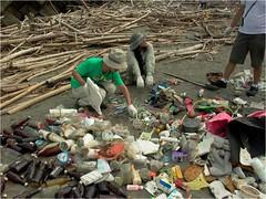 淨灘時可以看見各式各樣廢棄物,多數來自陸地。圖片來自:清淨海洋行動聯盟。