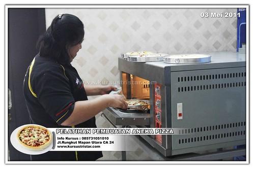 Instruktur Ernawati dari Tristar saat memasukkan Pizza Ke dalam Mesin Oven ( Auto Gas Oven 1 Loyang )