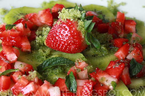 Macedonia di fragole e kiwi con zucchero alla menta