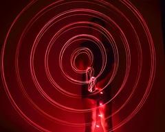Mostrando el poder (shotcurramba) Tags: luces largaexposicin rojo crculos giros ensayos ensayodestructivos