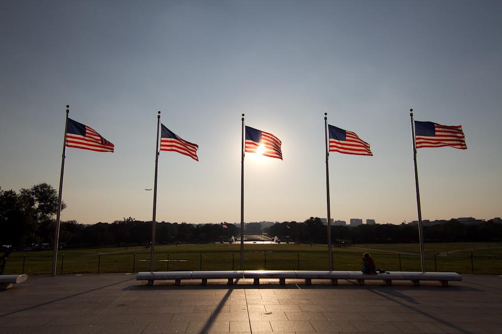 Las banderas rodean al Monumento a Washington con la vista del Monumento a Lincoln de fondo, mientras atardece en el National Mall. (Tetsu Espósito - Washington, Estados Unidos)